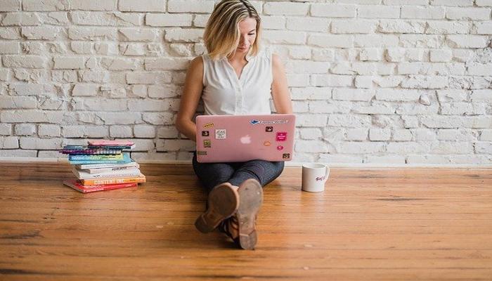 mujeres que buscan estudiar una carrera TIC